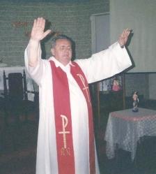 Pe. Irmundo pregava de olhos fechados, para buscar as palavras onde Deus está: no fundo do coração.