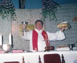 Olhos voltados para o Céu, Pe. Irmundo celebrava com sentimento.